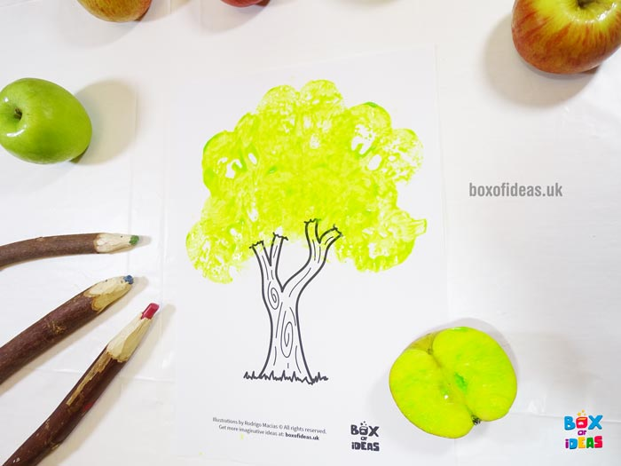 Green Stamped Tree for Bugs and Nature Simple Stamping Art activity for Preschool Kids using Apples. #preschool #crafts #apples #stamped